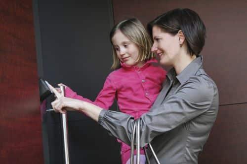 Photo of Komfortabel durch die Tür Mithilfe des Zeigefingers gelangt man sicher ins Haus