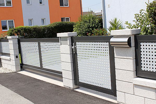 Moderne Optik: Ein Aluminiumzaun muss nicht nur aus grauen Latten bestehen. Foto: djd/Super-Zaun