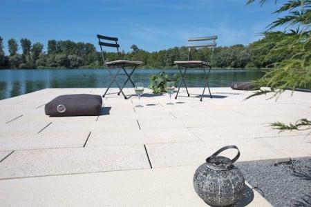Mit Terrassen- und Gartenplatten aus Beton kann der Außenbereich ganz individuell gestaltet werden. Foto: djd/www.lithonplus.de