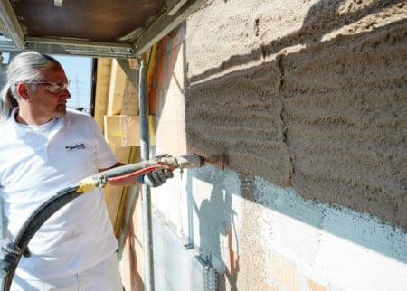 Der neue Leichtunterputz weber.dur 142 HLZ unterstützt die Dämmleistung der Außenwand. (Foto: epr/Saint-Gobain Weber)