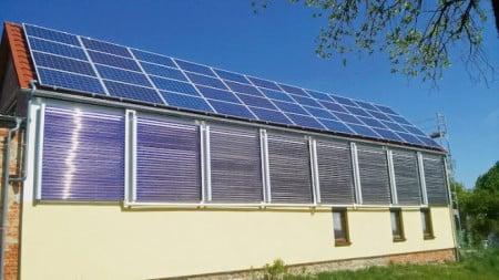 Die Voll-Vakuumröhrenkollektoren lassen sich auch flach an der Fassade anbringen. Die Röhren sind um 360 Grad drehbar und können zur Sonne ausgerichtet werden. (Foto: epr/AkoTec)