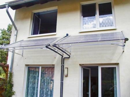 Hier sieht man die Voll-Vakuumröhrenkollektoren als Terrassenüberdachung. (Foto: epr/AkoTec)