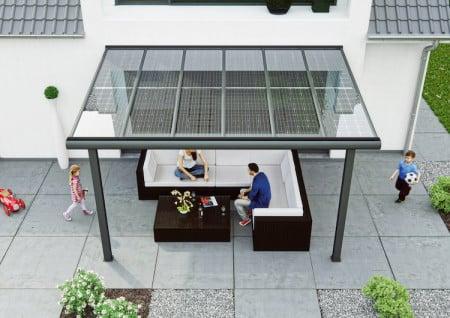In dem Bewusstsein, dass die Solarmodule zuverlässig für Strom sorgen, lässt es sich auf der Sonnenterrasse gleich doppelt gut entspannen. (Foto: epr/solarcarporte.de)